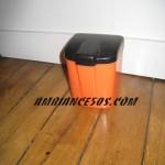 boite plastique orange et noir